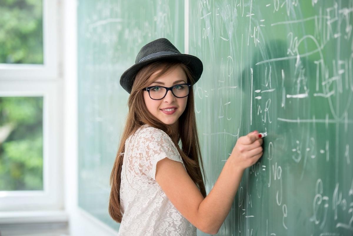 黒板にチョークで字を描いている写真