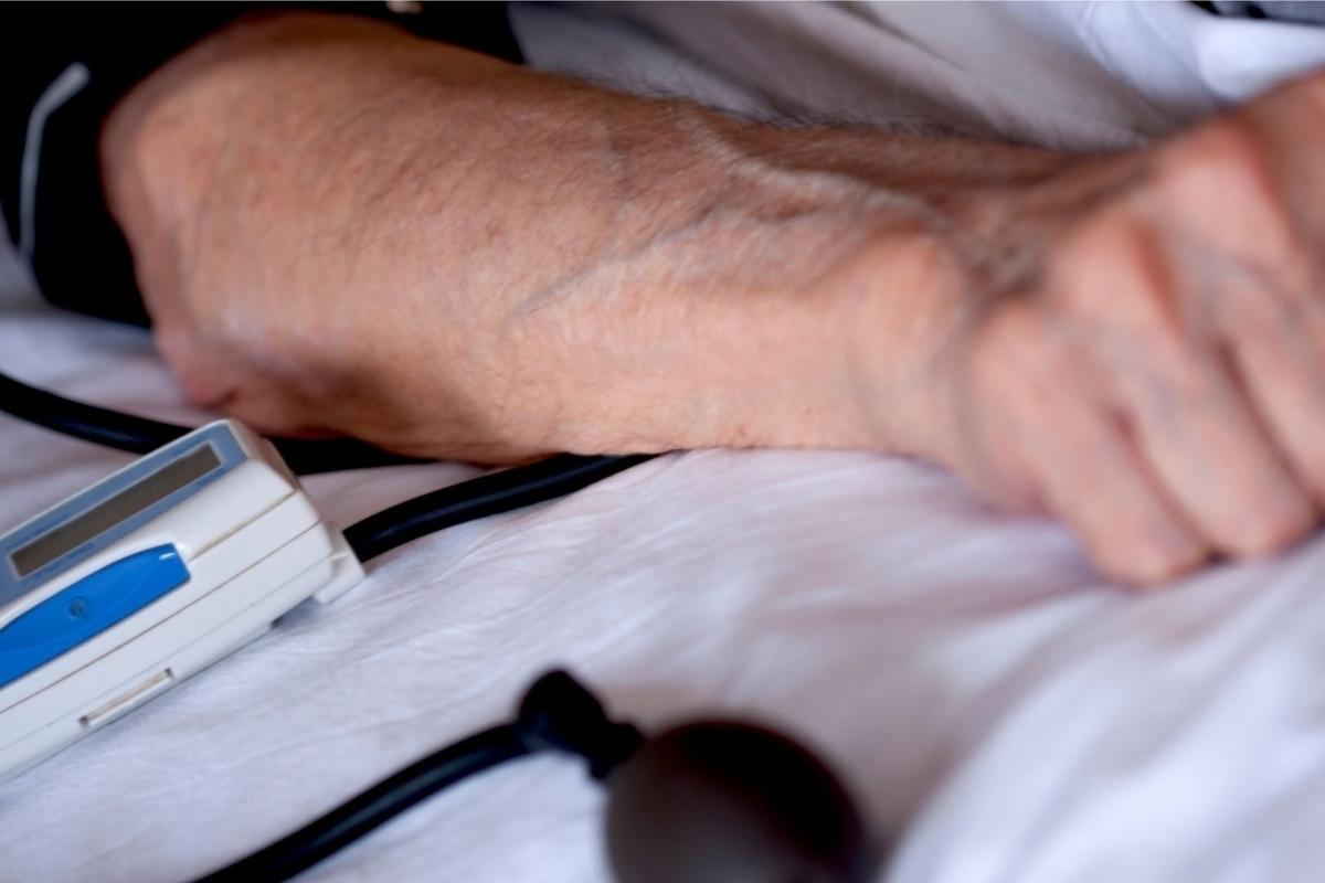 ベッドに横たわる男性の写真