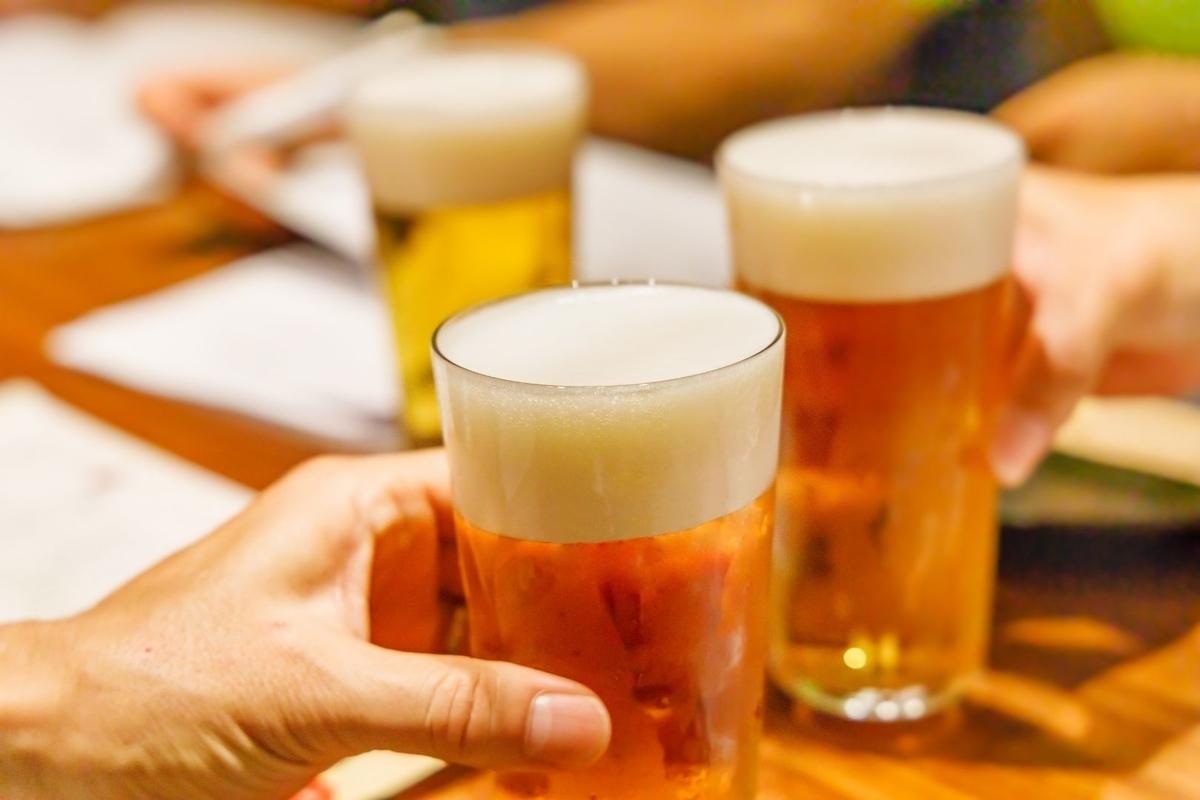 居酒屋でビールを乾杯している写真