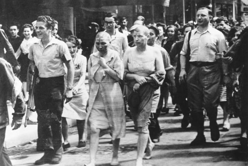 フランス解放後、頭を刈られ引き回される親ドイツの女性達
