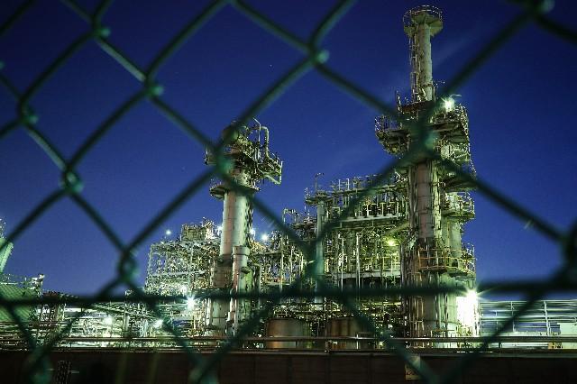 川崎の工場夜景をフェンス越しに撮影