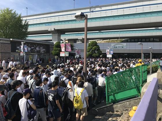 阪神甲子園・高校野球観戦に長蛇の列