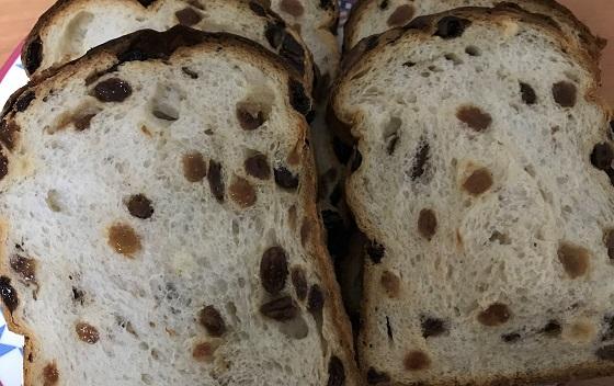 【R Baker アールベイカー】のレーズン食パンをカット