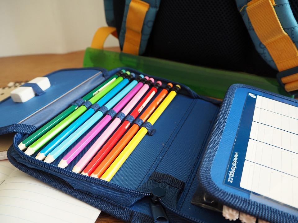 カラフルな鉛筆が入ったペンケース