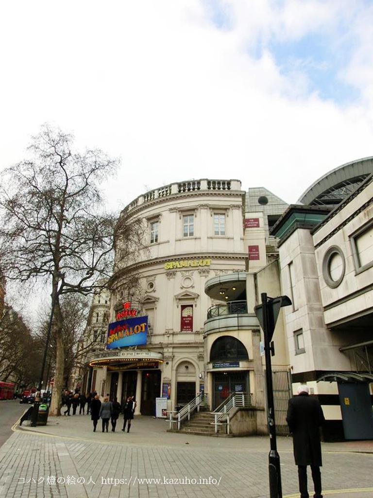 ロンドンの街中にあるPlayhouse theater
