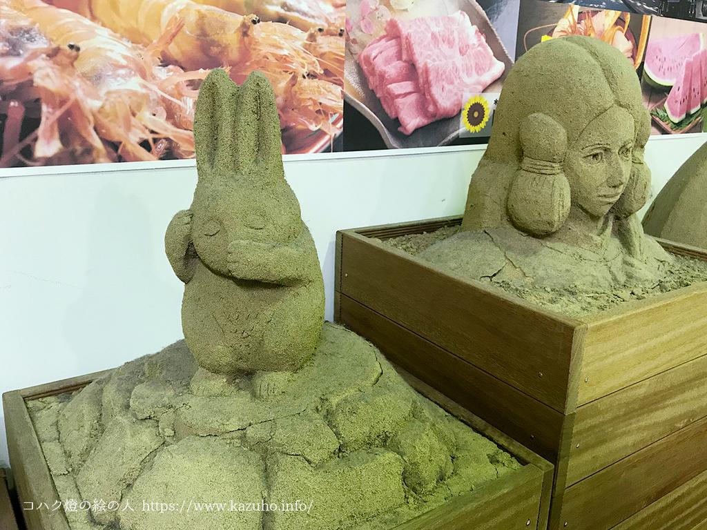 白うさぎの砂像は、どこか人間くさい顔をしている