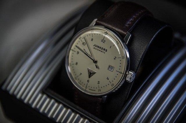 カレンダー機能付きの腕時計