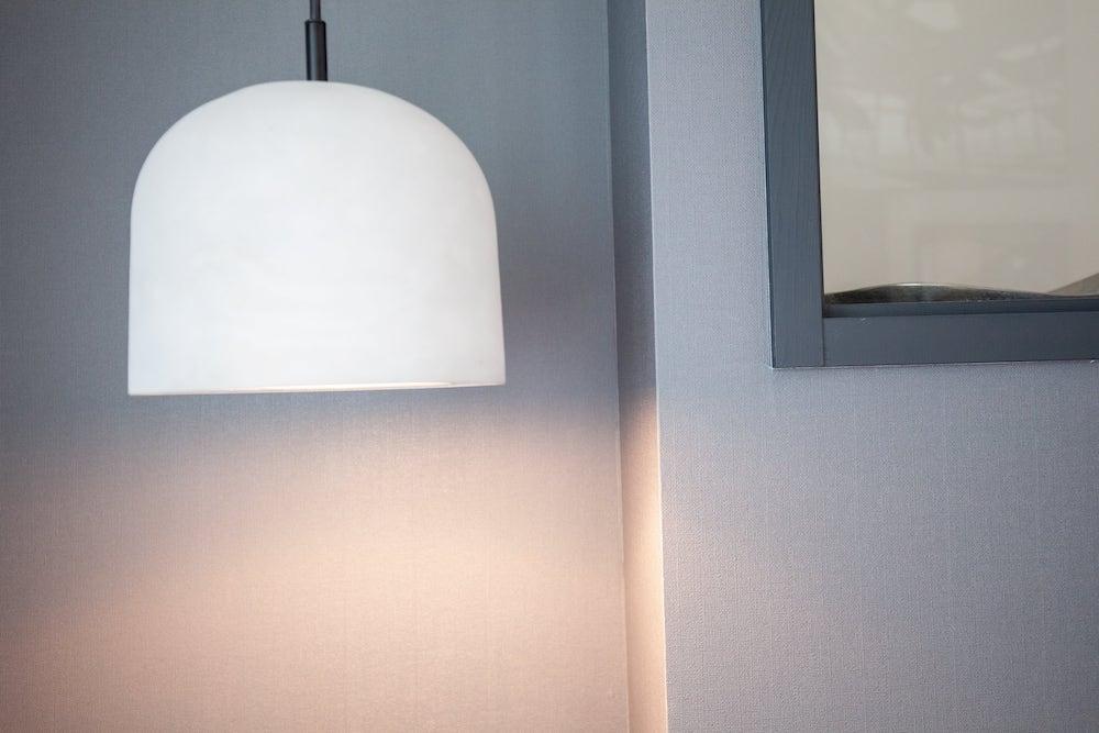 寝室の白いペンダントライト