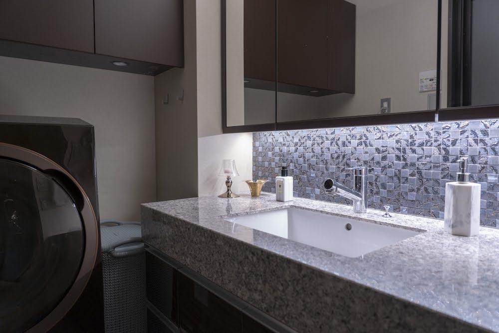 グレーのタイルが貼られている洗面台