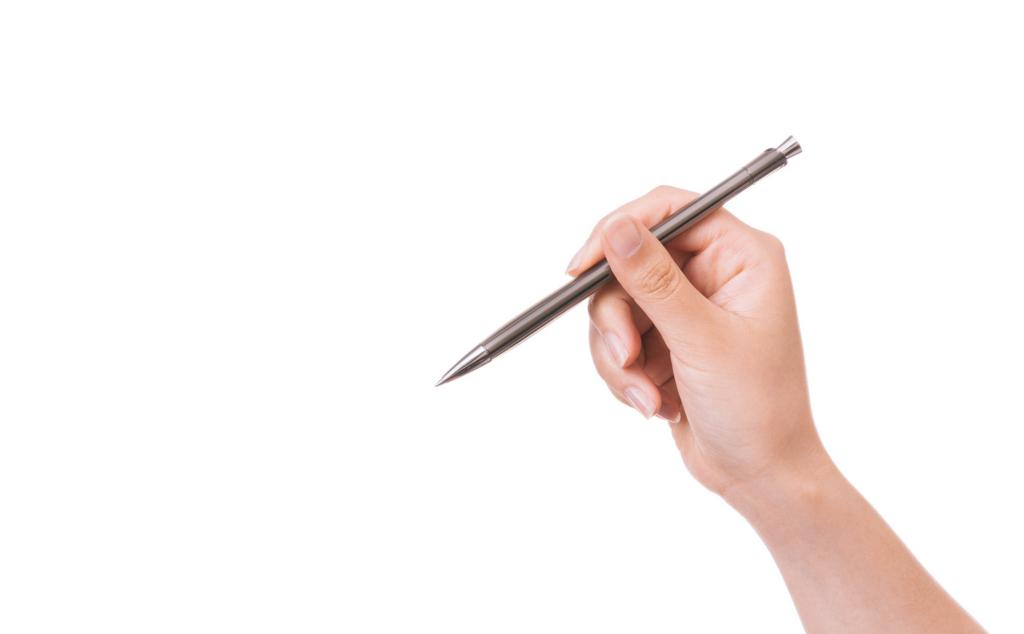 ペンを手にする写真