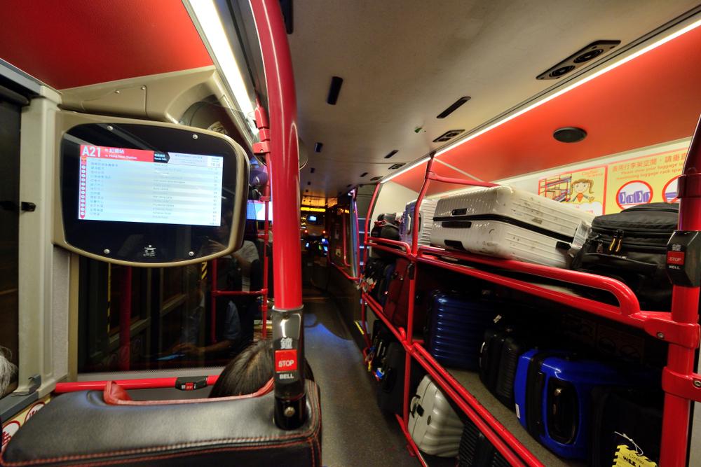 香港空港から乗るバスにはスーツケースの置き場所がある(写真)