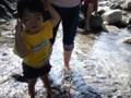 河童の母子、中田切川で川遊び~