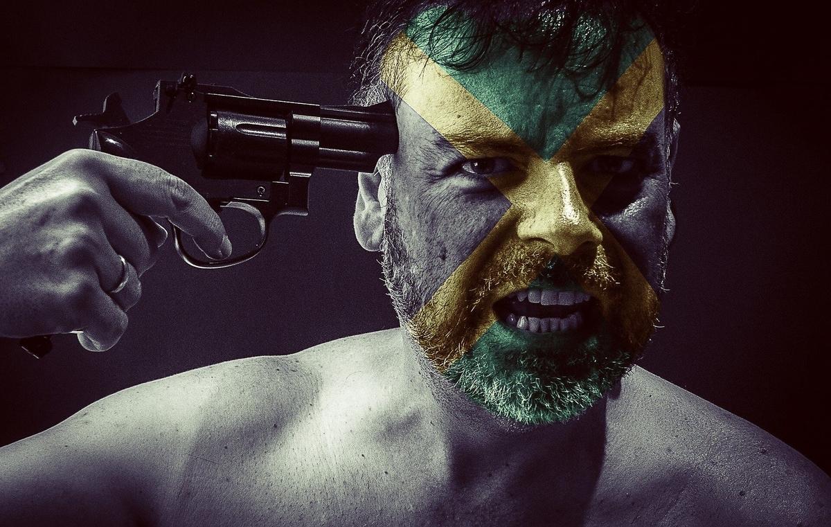 銃を自分の頭に向けている人