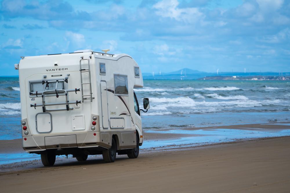 海とキャンピングカー(千里浜)