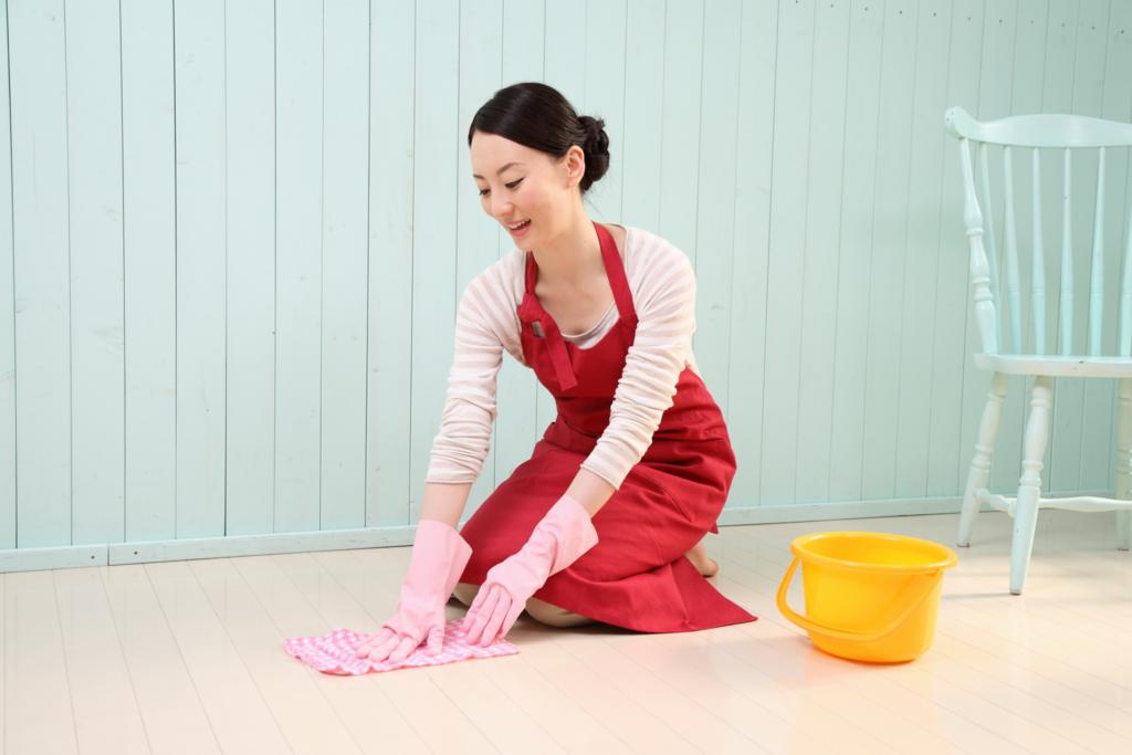 雑巾掛けする女性