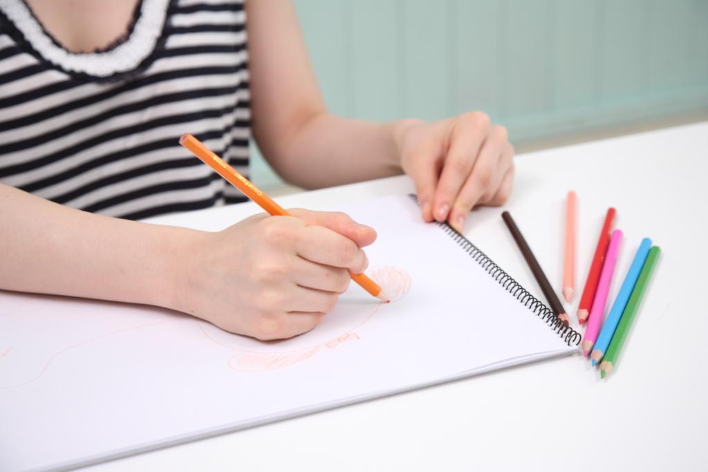 """色鉛筆で書く女性"""""""