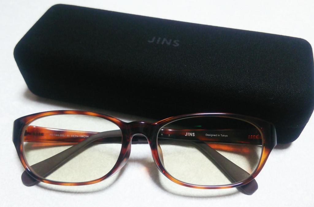 JINSのブルーライトメガネと黒いケース