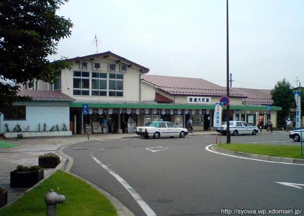 信濃大町駅から登山口までずっと歩いて行く。 本当は小熊山に登るなら信濃木崎駅で降りるのが一番アクセスが良いんだけど。 信濃大町駅の駅舎は2010年に改築してしまった。 構内には立ち食いそばがあり、駅舎内の2階にも別に食堂があった。 昔ながらのレトロな雰囲気が良かったのに。