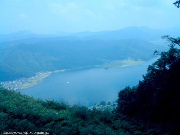 木々の隙間から湖を見下ろす。それにしてもこの頃の携帯カメラの性能は悲しい。