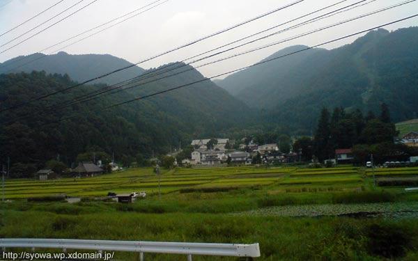 簗場駅から下ってきた山々を振り返って眺めてみる。