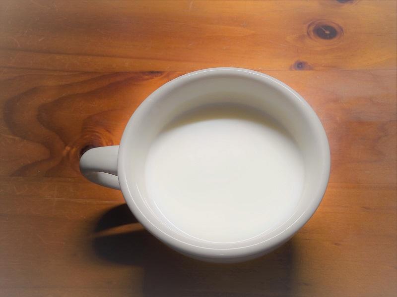 ホットミルク、カップにそそいだ温かい牛乳