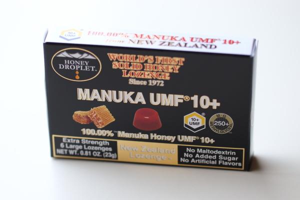 台に置かれたマヌカハニー100%、UMF10+グレードのマヌカハニー飴