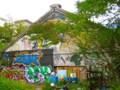 吉田寮食堂の建物外観。映画『ロビンソンの庭』に出てくる廃墟のよう