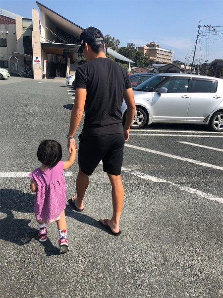 パパと朝陽ちゃんの歩く後ろ姿