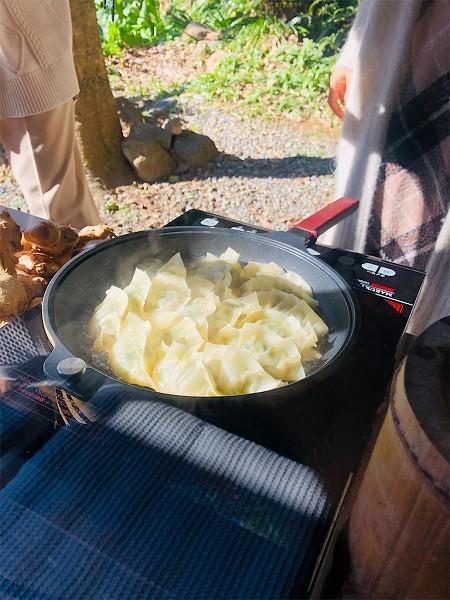 ↑お外で焼かれる餃子、最高❤️