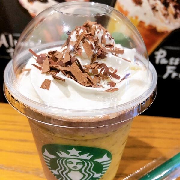 トップのホイップクリームのうえには、削られたチョコレートが、たっぷりちりばめられていて、見た目も最高