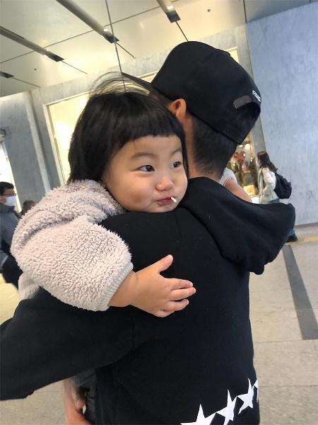 博多駅では、パパの腕を組もうとしたら  DON'T TOUCH!!