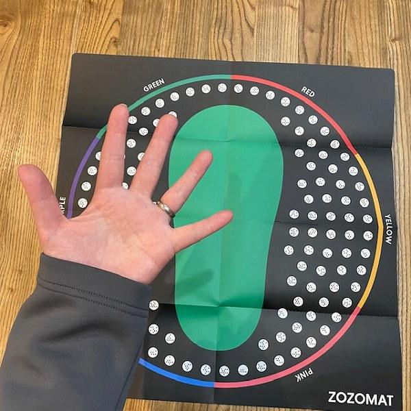 広げると約46cm正方形の用紙に大きな足跡