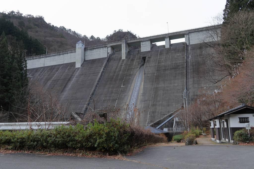 大仁田ダムのトレイ脇に登山口があります