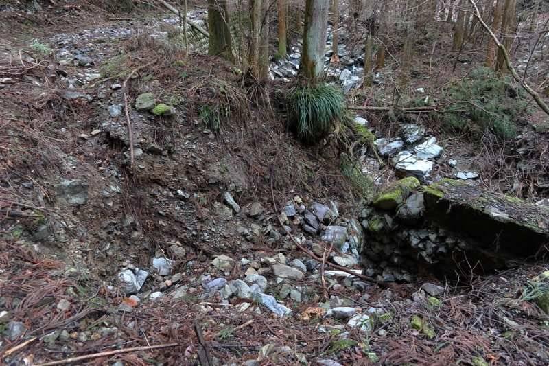 崩れた道も足跡・リボンを確認しながら進めば問題なし。