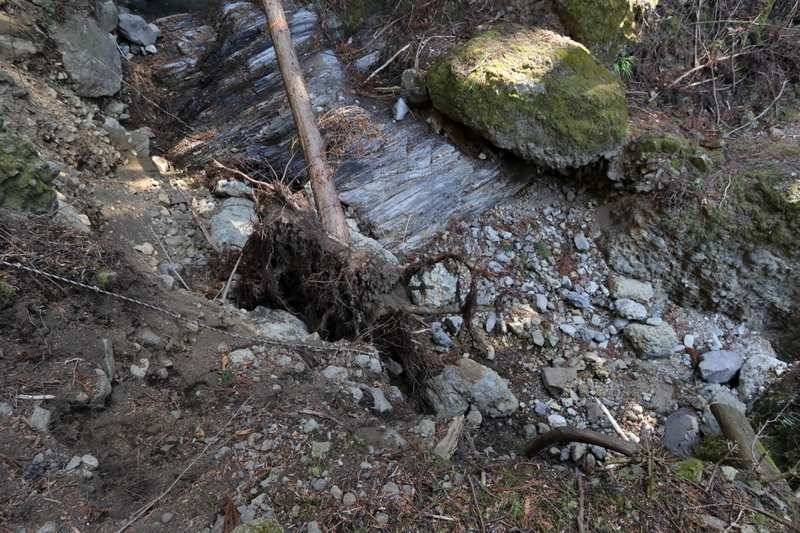 崩壊箇所。ロープで下るも足の掛場がなく非常に危険。私も落ちかけました。