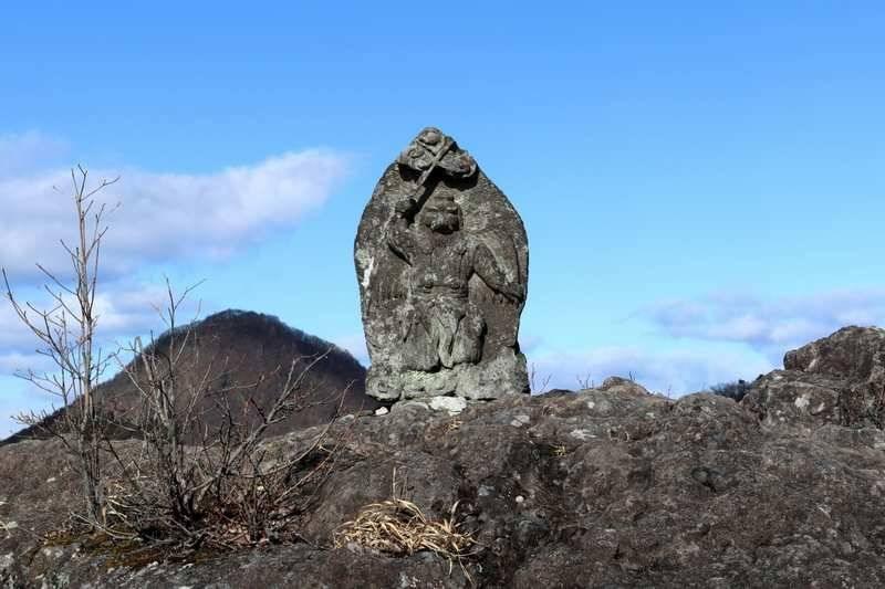 スルス岩は狭いので慎重に。撮影に夢中にならないように。