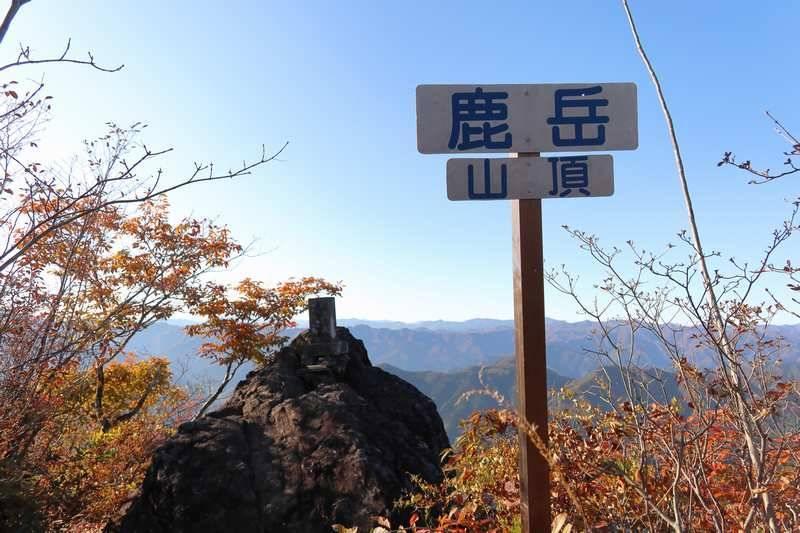 一ノ岳山頂。先にもっと眺望が良い所があるので進みましょう。