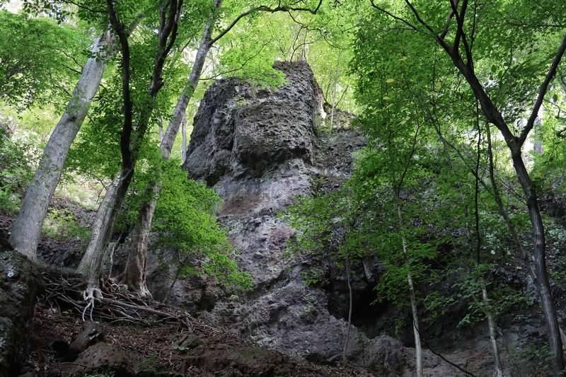グッドシェイプな岩々を眺めながら鎖場を進んでいきます。