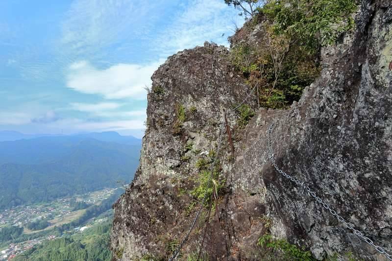 岩々の穴を抜けて稜線へ。落ちたら即死コースなので3点支持で。