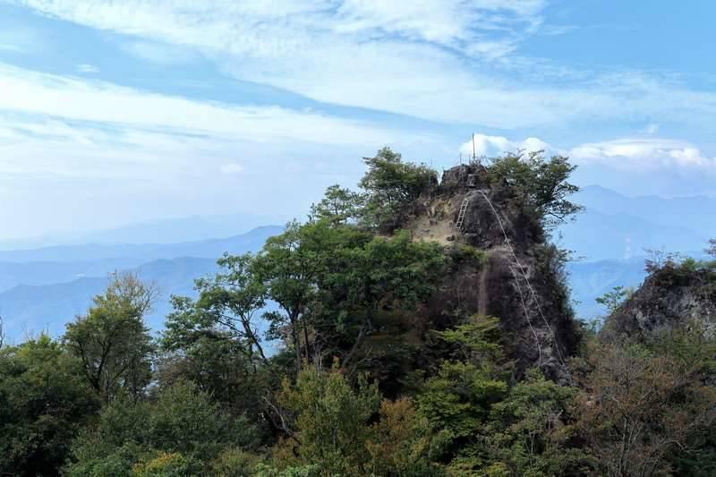 先ほど登ってきた山頂を遠くから眺めます。