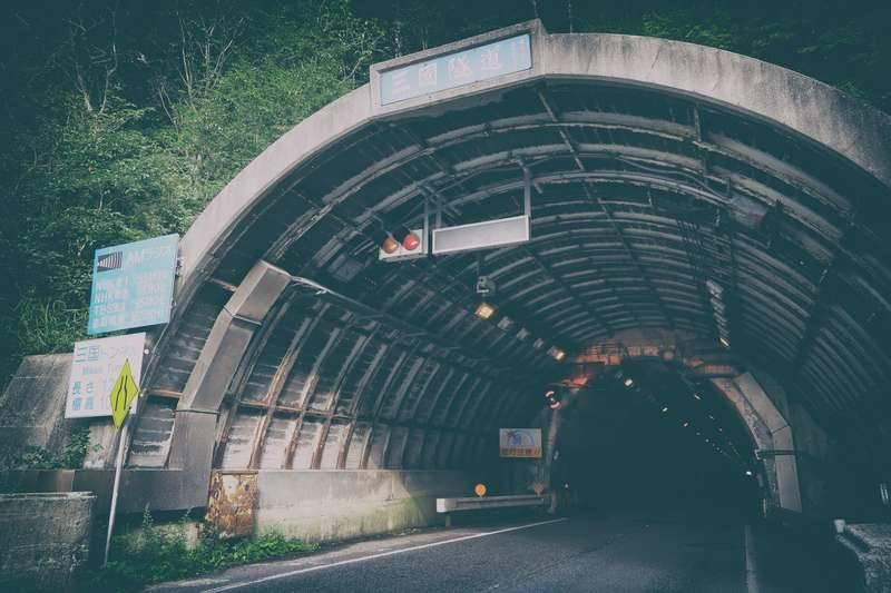 三国トンネル入り口手前、右手に登山口があります。