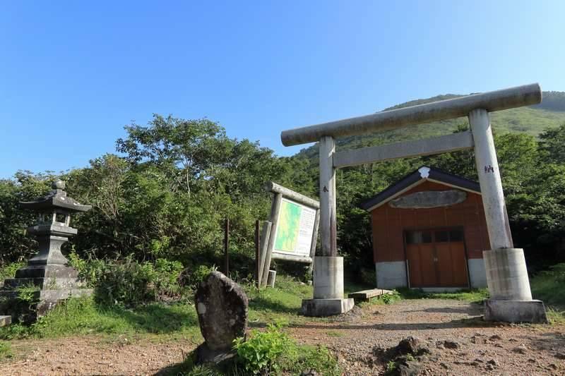 避難小屋を兼ねた御坂三社神社へ。