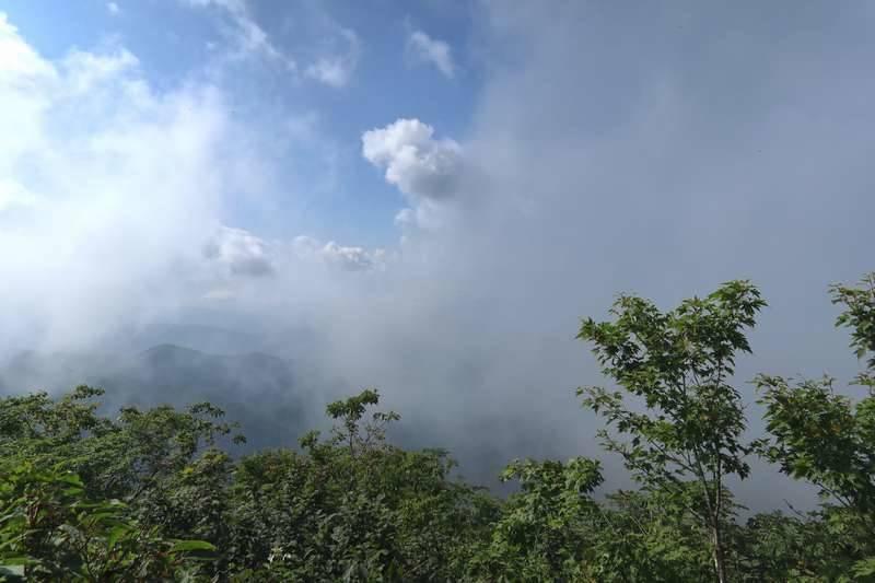 この日は雲に覆われて眺望はイマイチ。