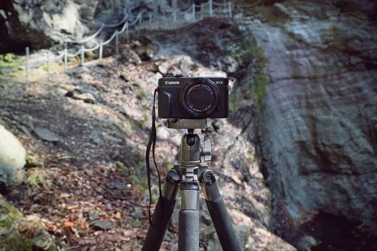滝をバックにカメラを撮ろうと思ったら水量がゼロでした…というボヤき。