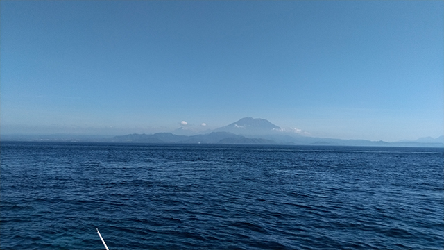 海から見るアグン山
