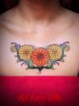 花・ガーベラのタトゥーデザイン ワンポイント 女性のタトゥー