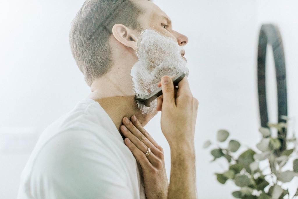 髭を剃る男性の写真
