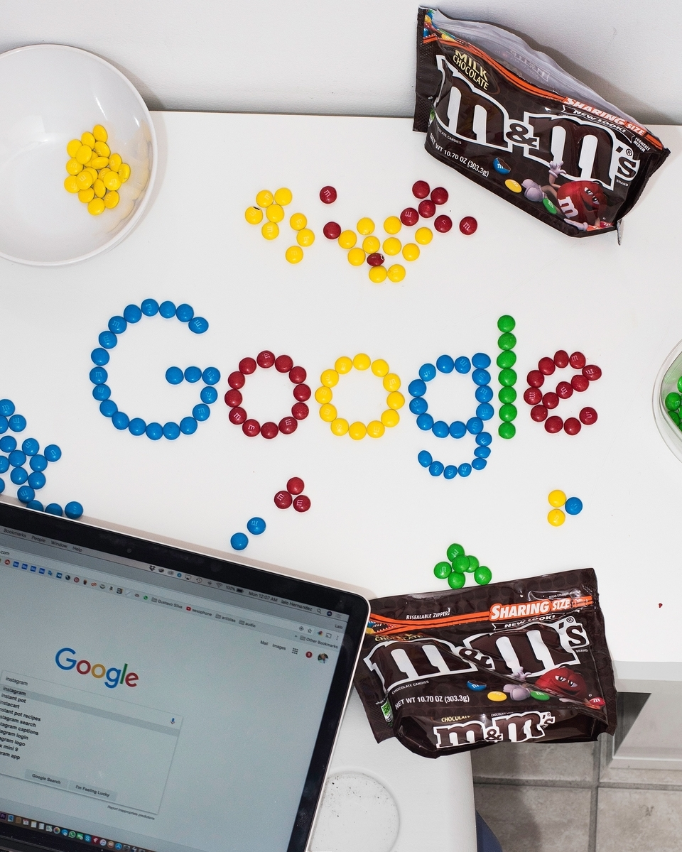 お菓子で書いたGoogleの文字