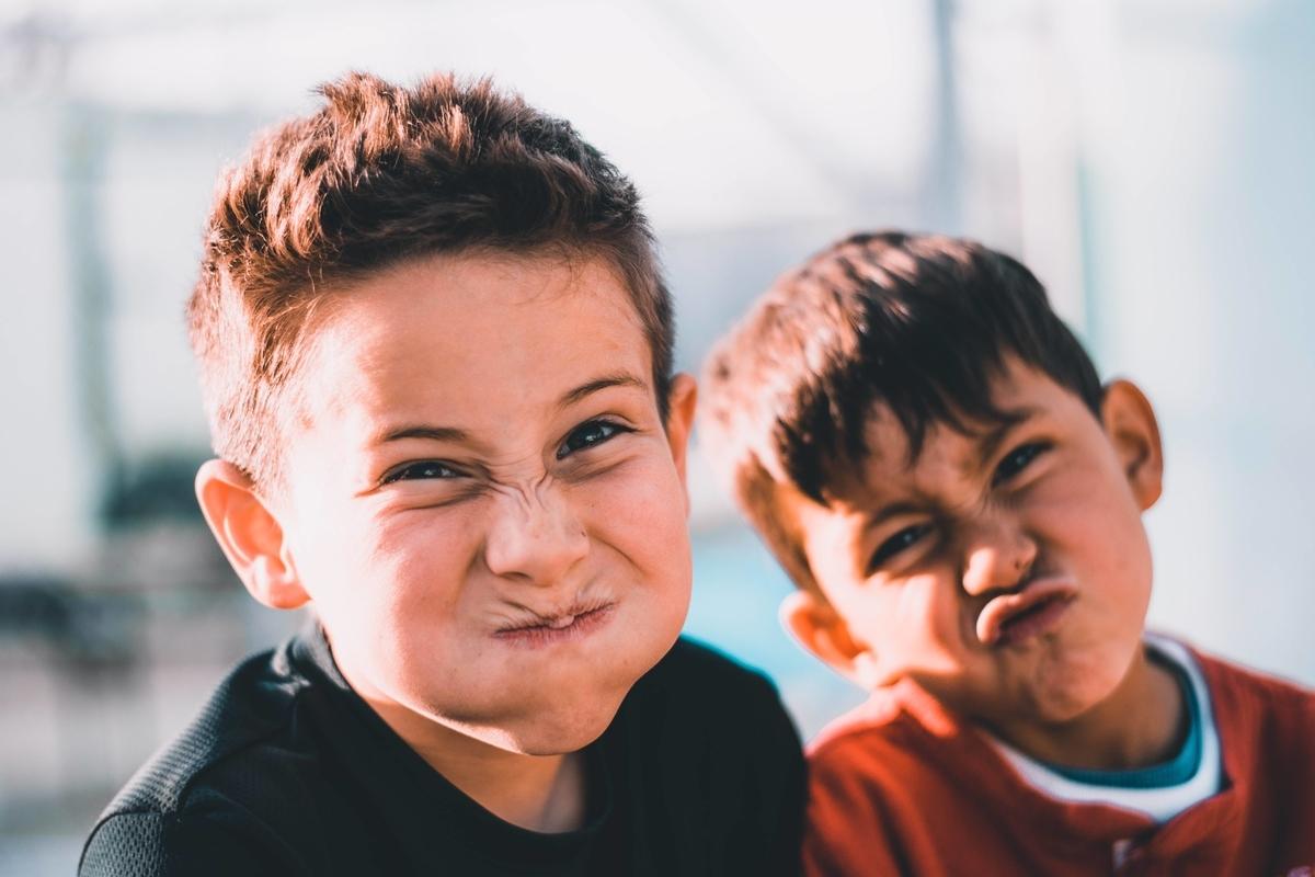 面白い顔をする子どもの写真