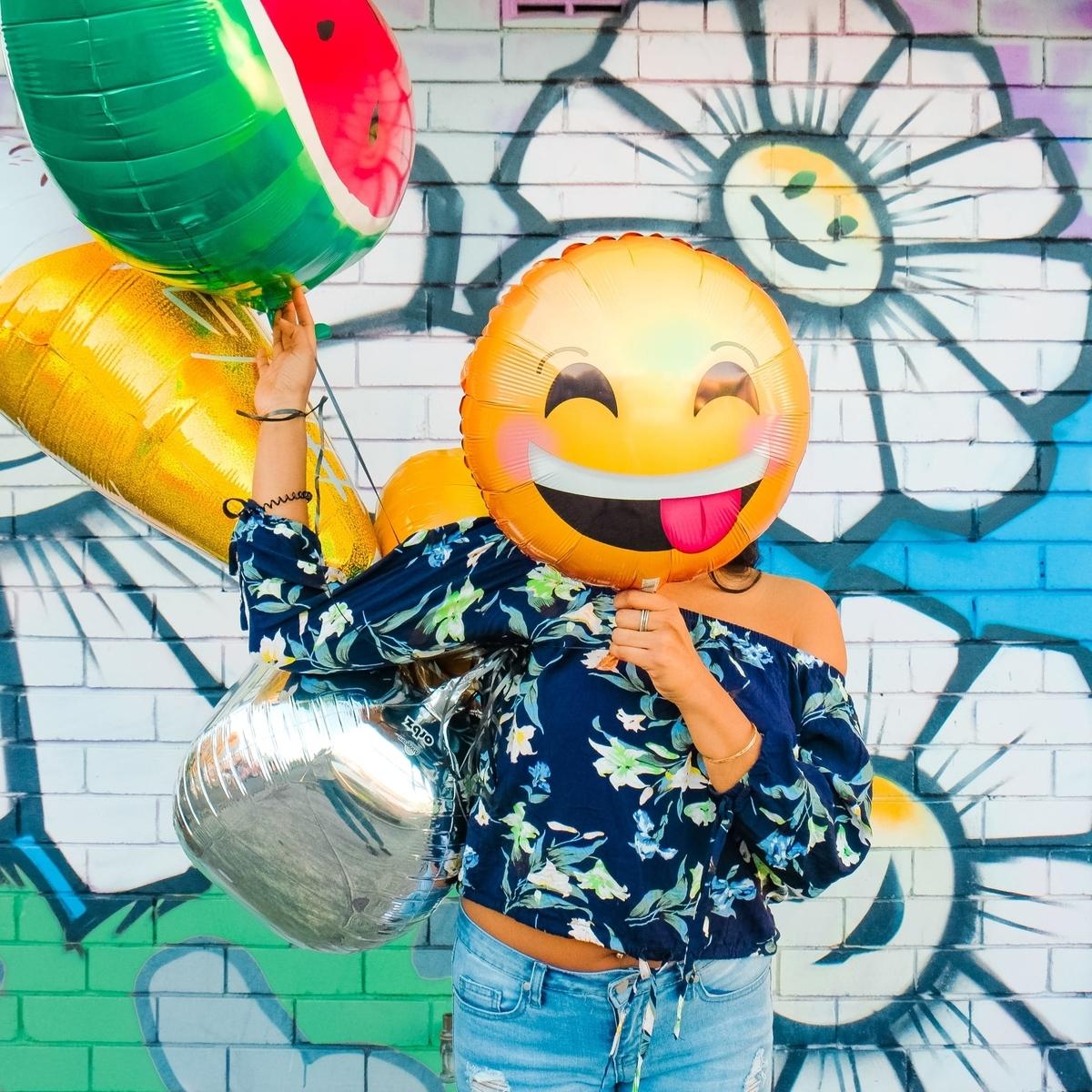 風船を顔に見せかけて遊ぶ人